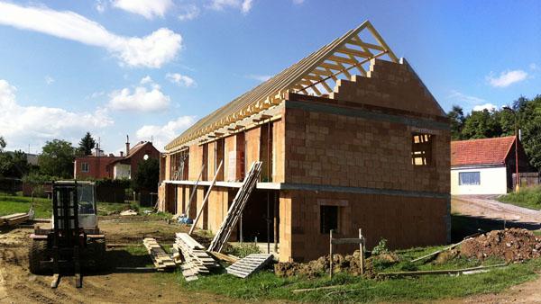 Celkový pohled na hrubou stavbu rodinného domu v Drslavicích