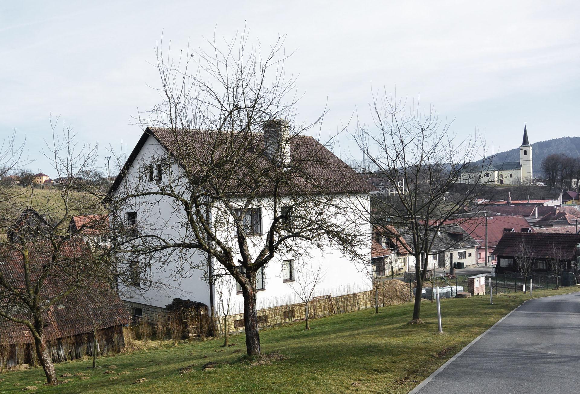 Stávající stav rodinného domu z přelomu 80. a 90. let 20. století při pohledu ze západní strany