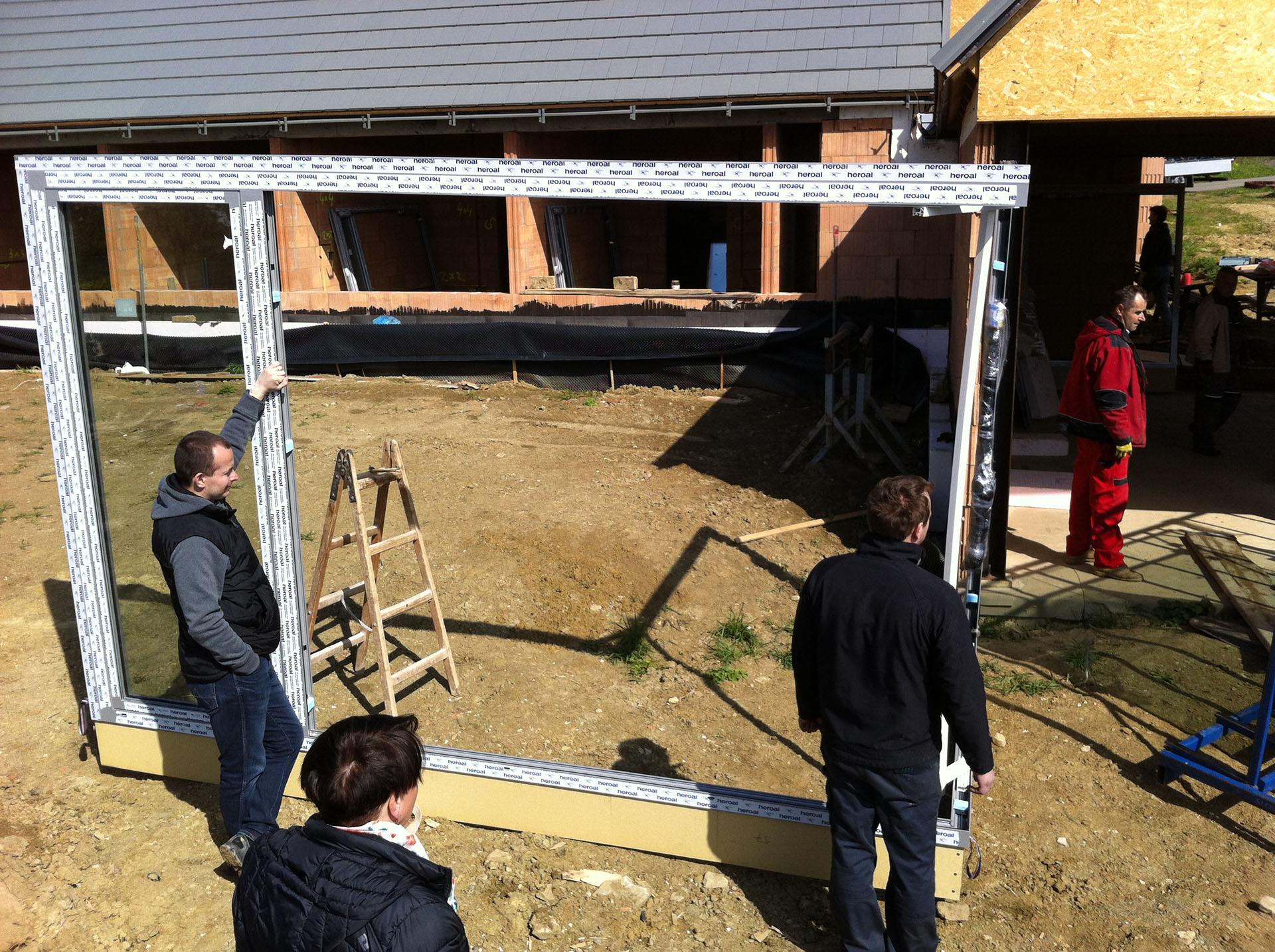 Příprava montáže rohového hliníkového okna na domě ve Lhotce