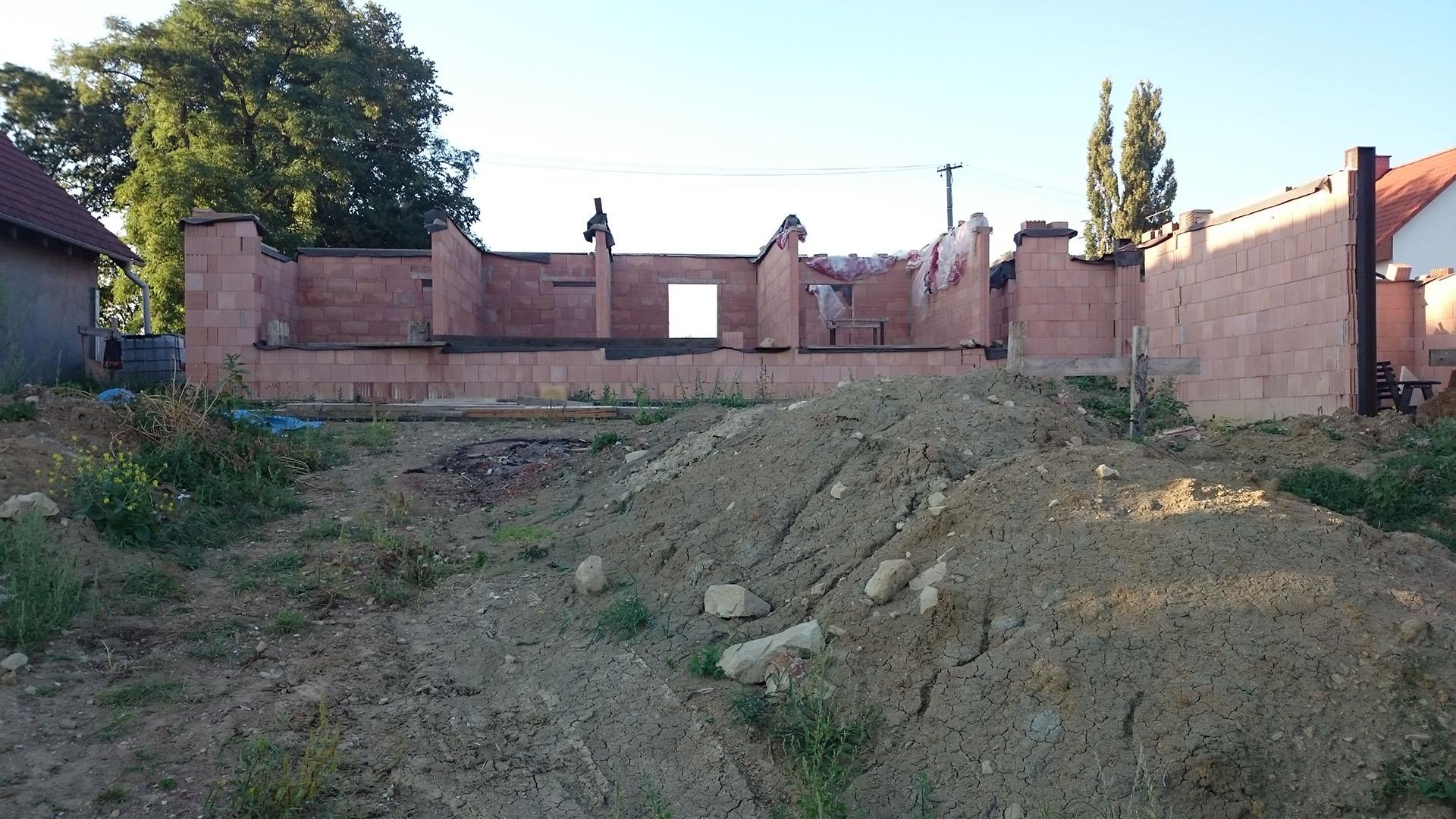 Celkový pohled od jihu na stavbu domu ve Lhotce