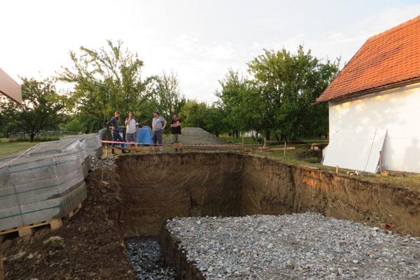 Výkop základů a jámy pro vinný sklep pod búdou ve Vlčnově