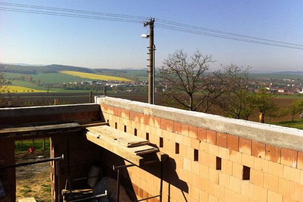 Pohled na hrubou stavbu s železobetonovým věncem na vinohradnické búdě ve Vlčnově