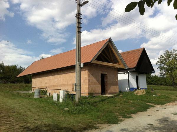 Dokončena střecha na nové búdě ve Vlčnově