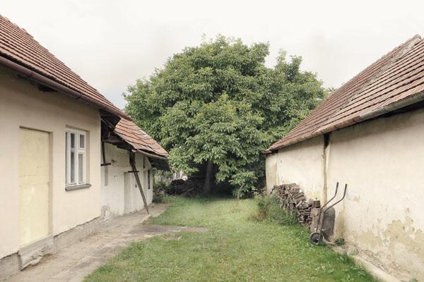 Dvorek tradičního vesnického domu ve Slavkově