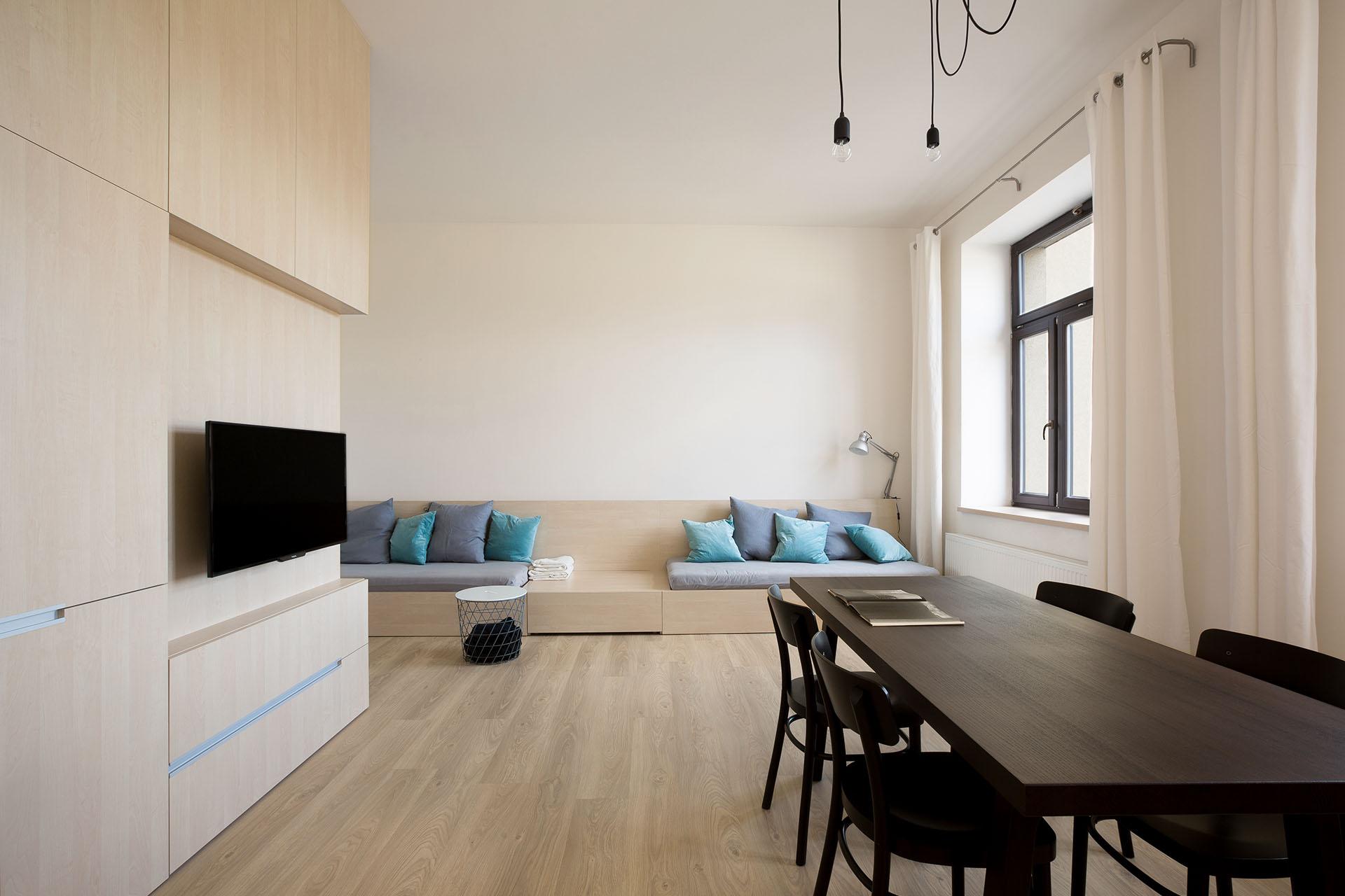 Společenský prostor bytu s jídelním stolem na televizí