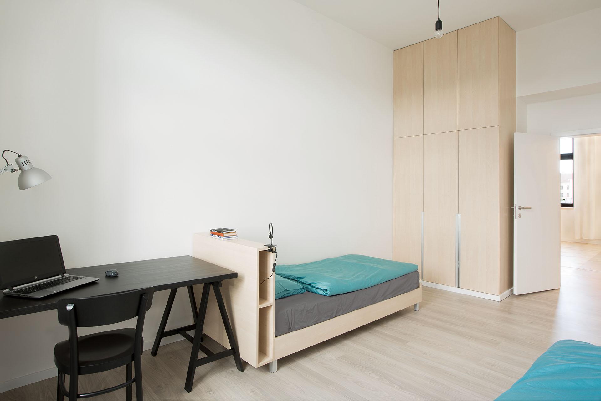 Pokoj pro hosty s postelí a šatní skříní