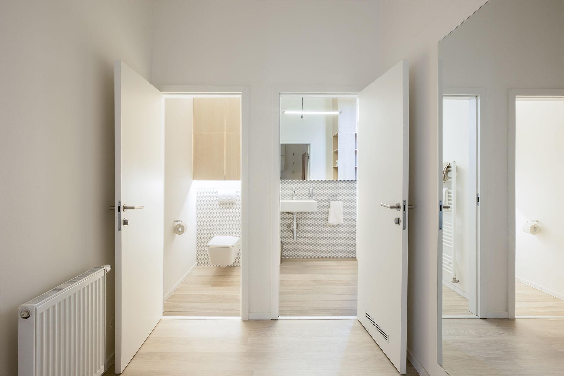 Vstupní hala bytu s napojením na toaletu a koupelnu