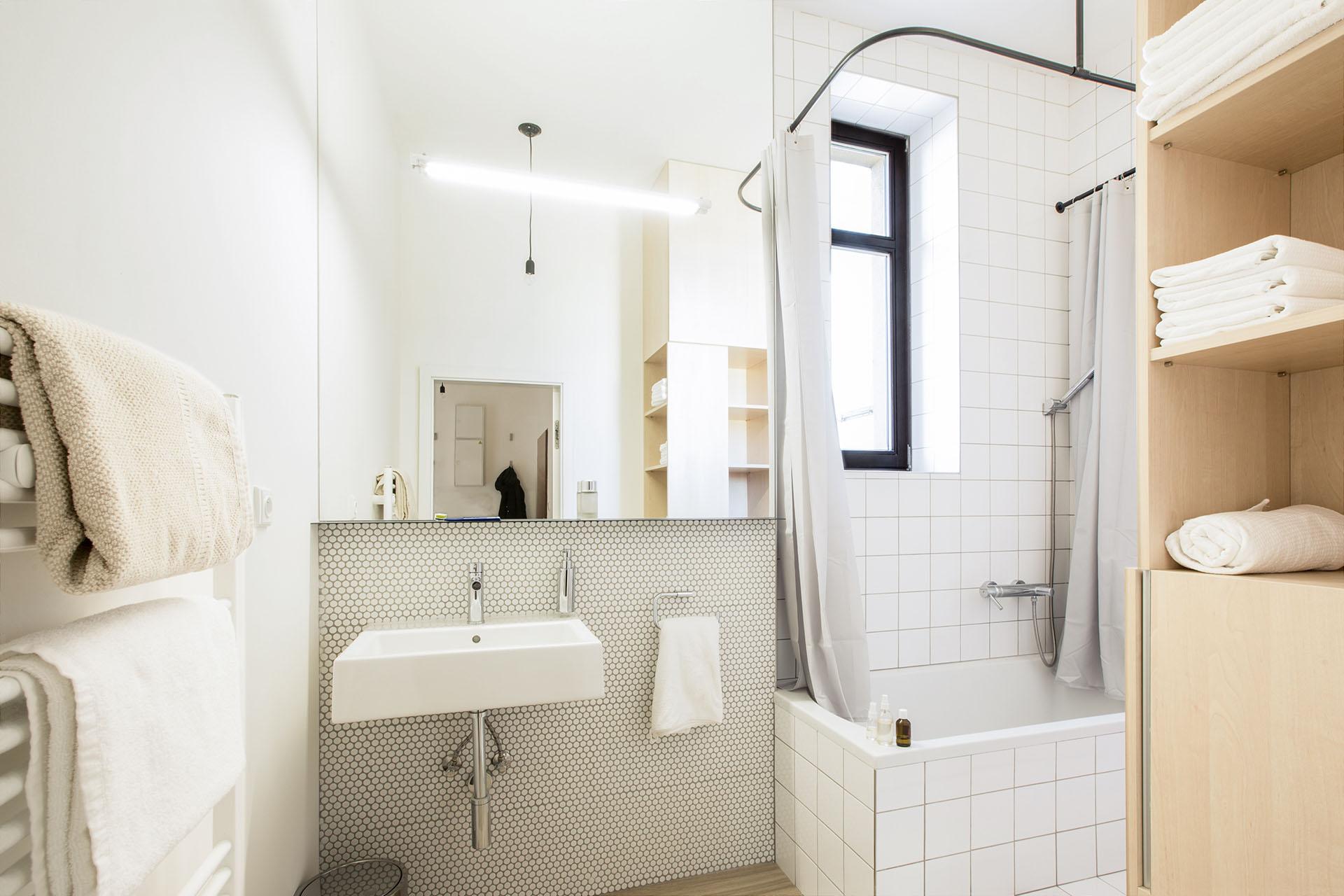 Koupelna s bílým obkladem