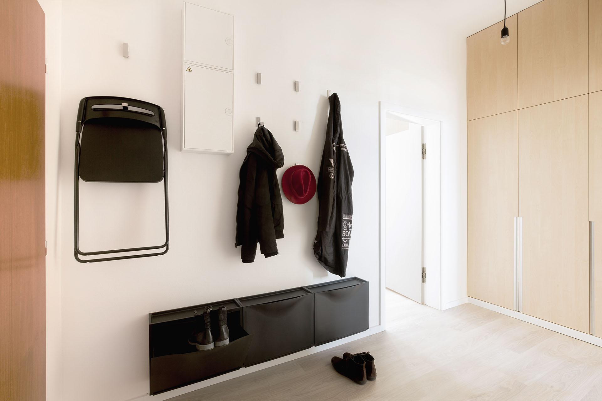 Vstupní hala bytu s háčky na oblečení a šatní skříní