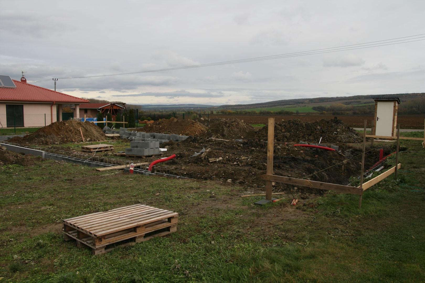Výkopy a bednění základů při stavbě rodinného domu