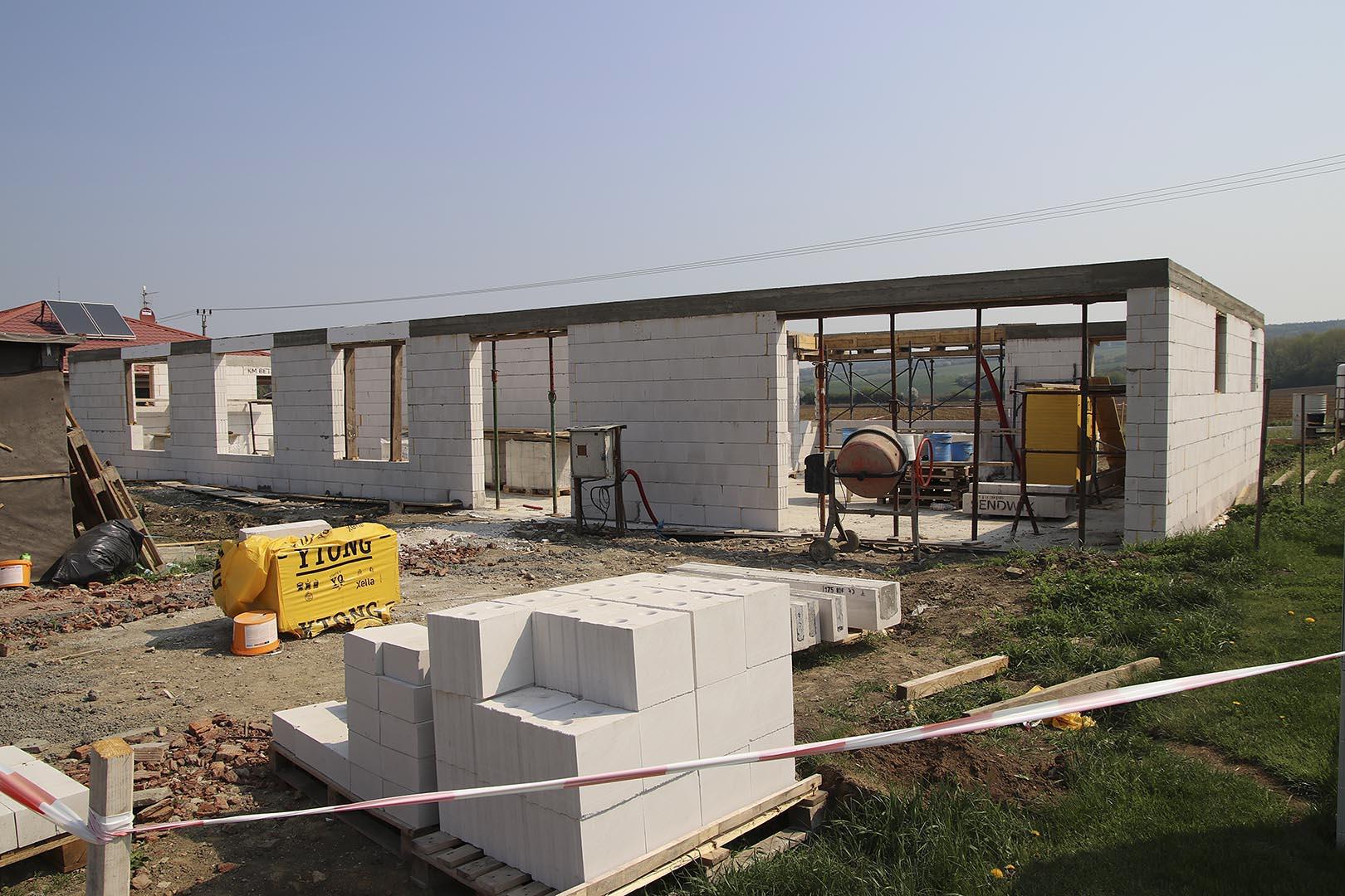 Vápenopískové cihly na stavbě domu v Nivnici