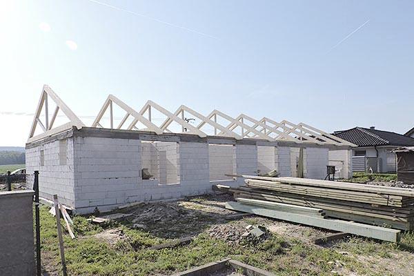 Rodinný dům Nivnice - na stavně hotov krov a střecha