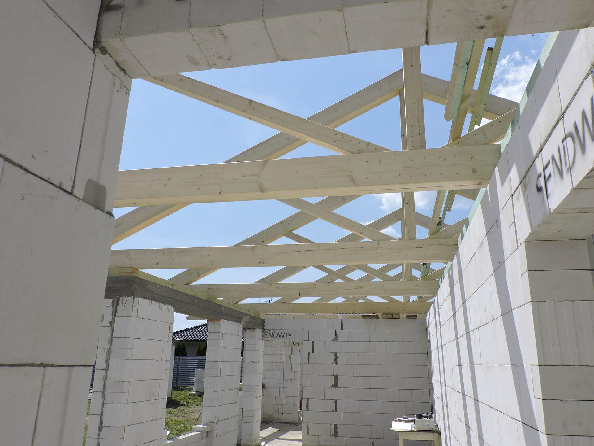 Pohled na konstrukci krovu z prostoru obývacího pokoje