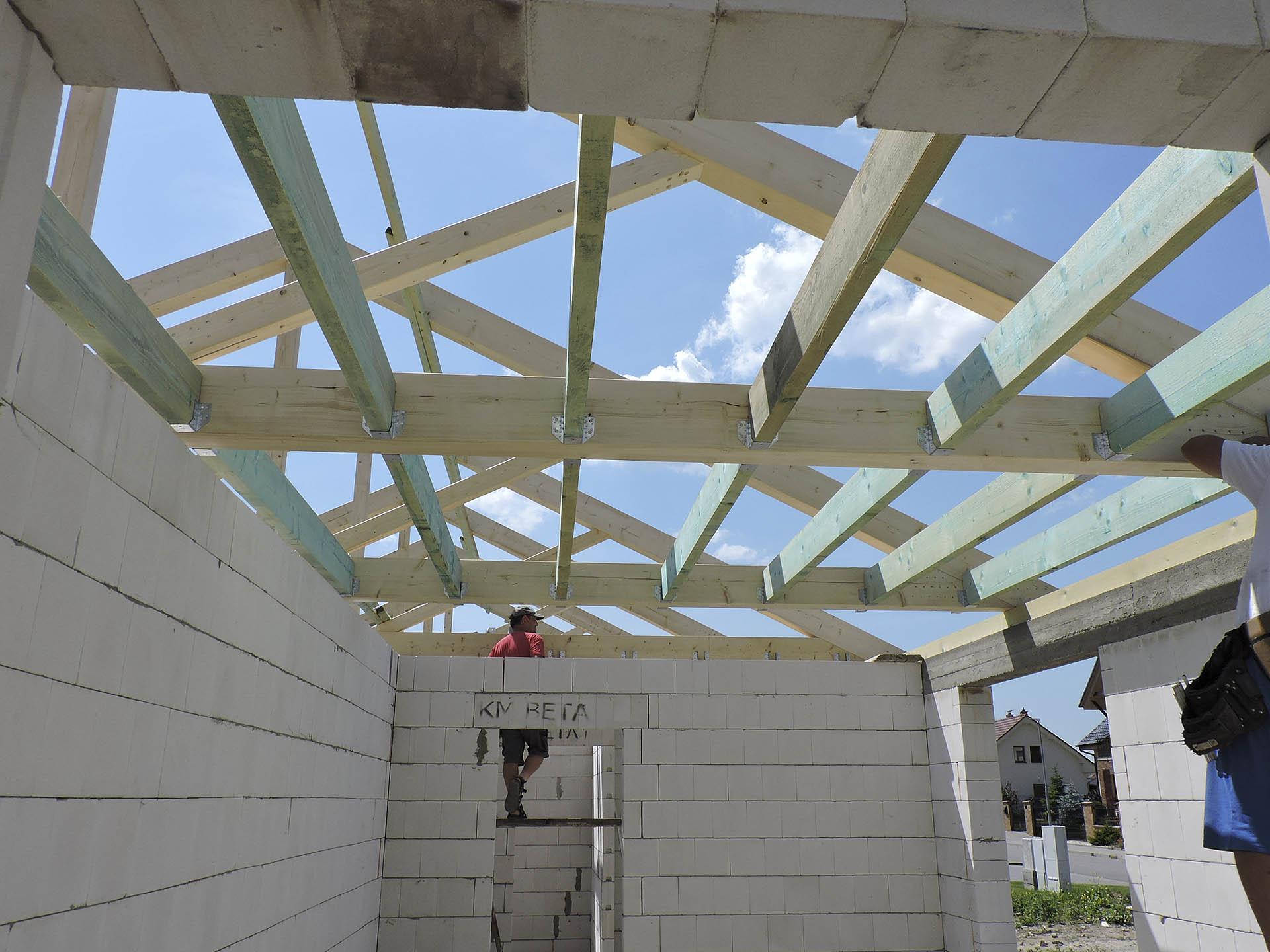 Hrubá konstrukce stropu nad dětským pokojem