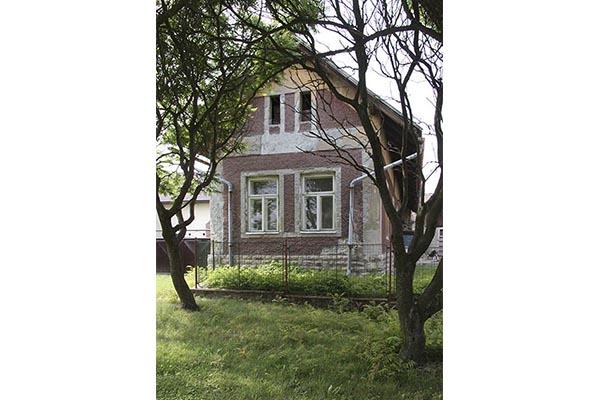 Dům č.p.1 na úzké parcele v obci Skála - pohled na štít