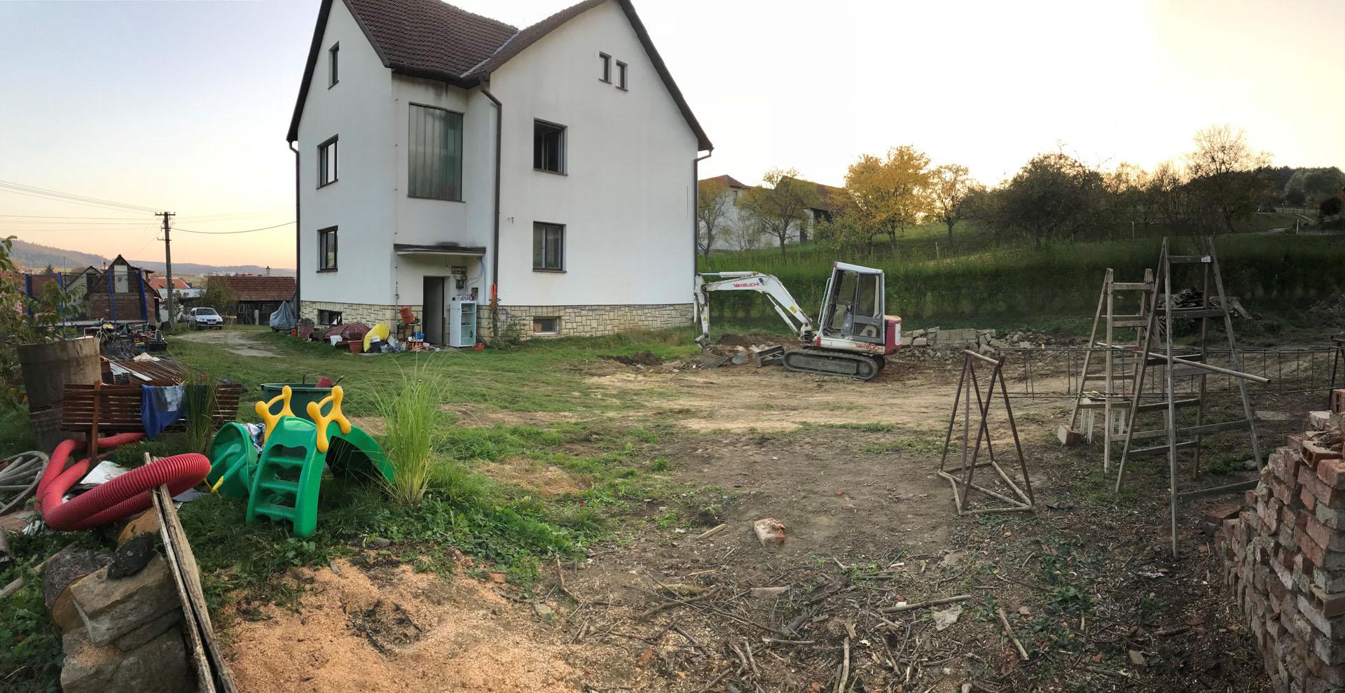 Příprava staveniště za domem v Pozlovicích.