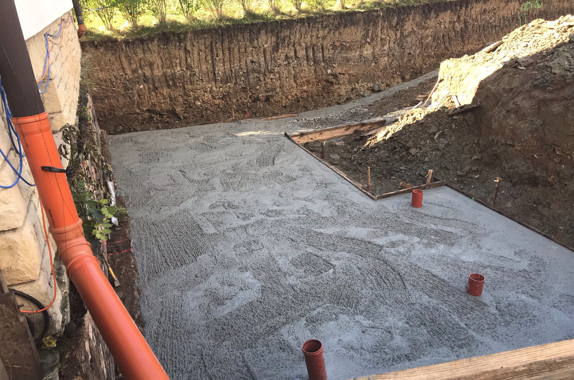 Betonování základové desky přístavby domu v Pozlovicích
