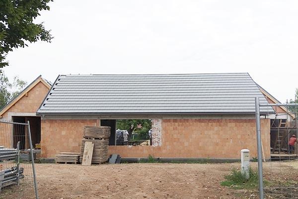 Rodiiný dům ve Slavkově konstrukce střechy s taškami Bramac Tegalit