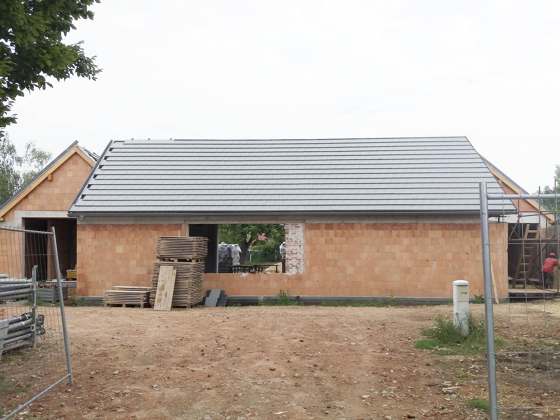 Střecha s krytinou Bramac Tegalit před dokončením