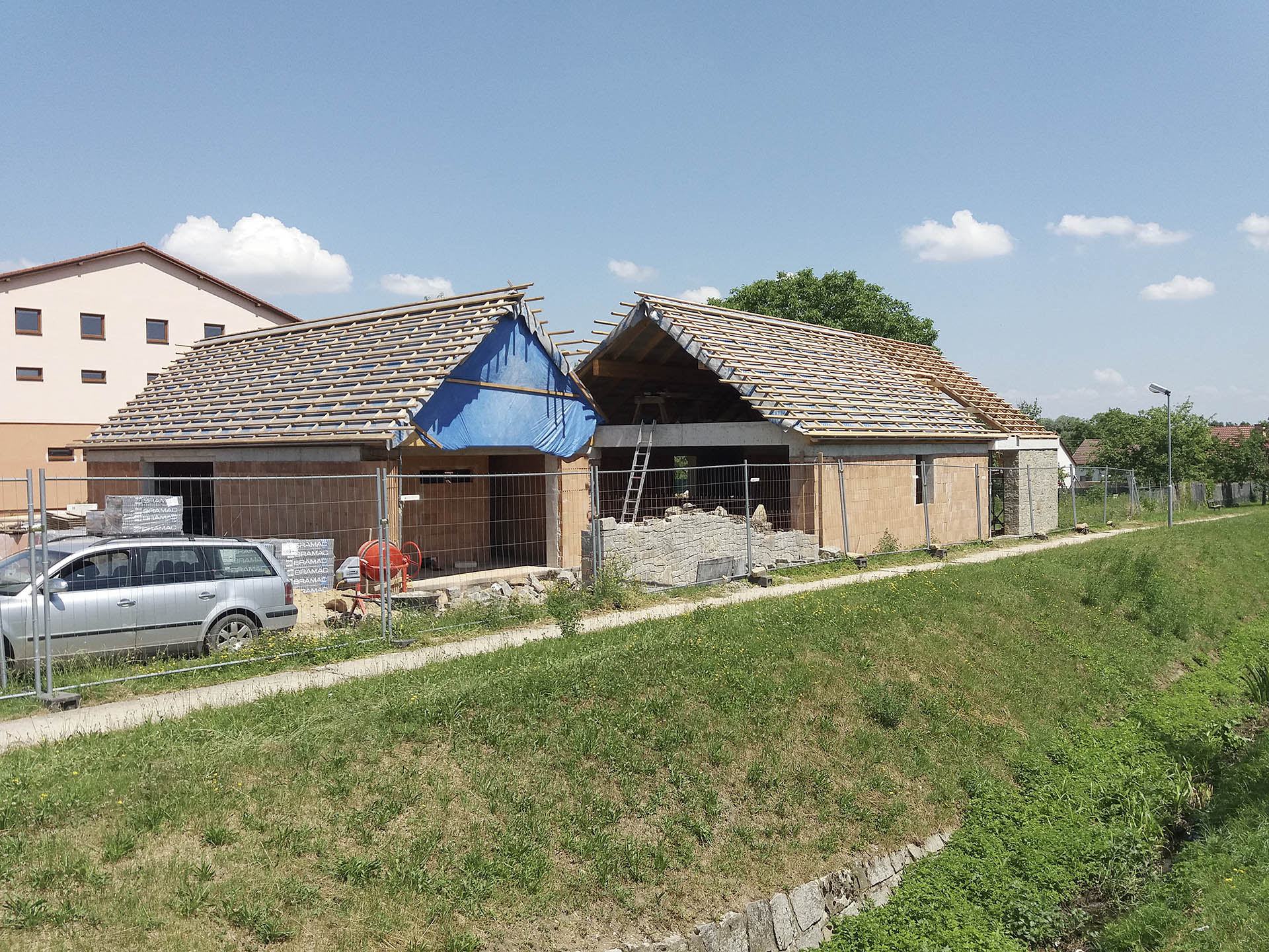 Celkový pohled na dům ve Slavkově bez střešní krytiny.