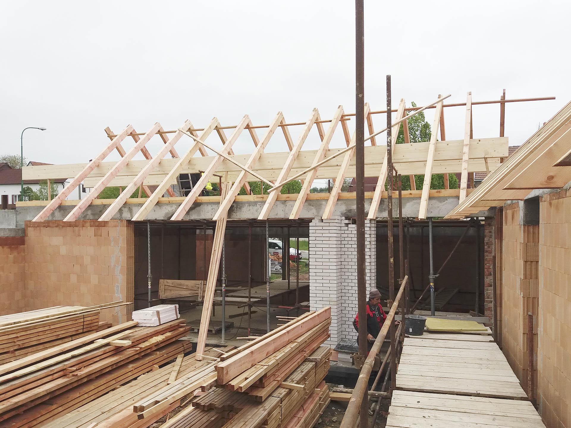 Stavba konstrukce krovu s lepenými vazníky nad otvorem pro okno s HS portálem