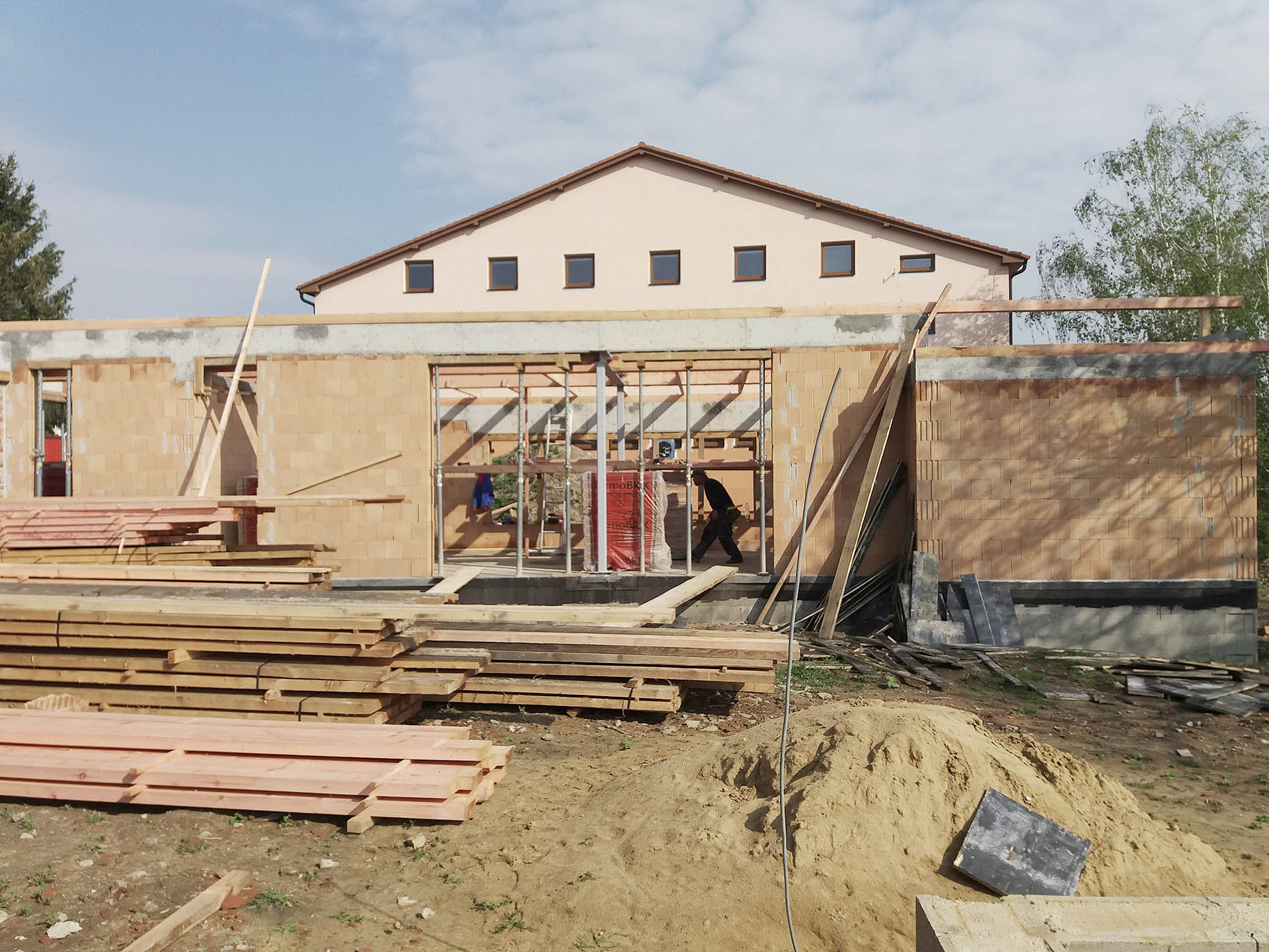 Osazeni pozednic na stavbě domu ve Slavkově