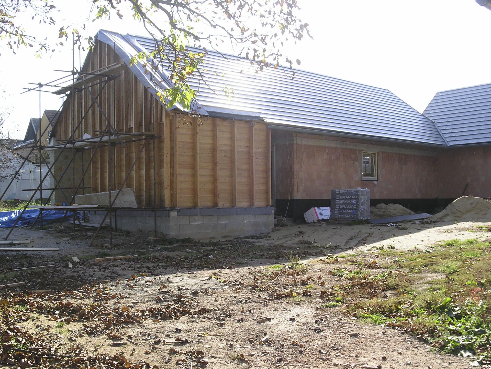 Křídlo s provozním zázemím domu a dílnou s modřínového dřeva